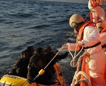 Rescate de inmigrantes en una foto de archivo. (Foto-AP)