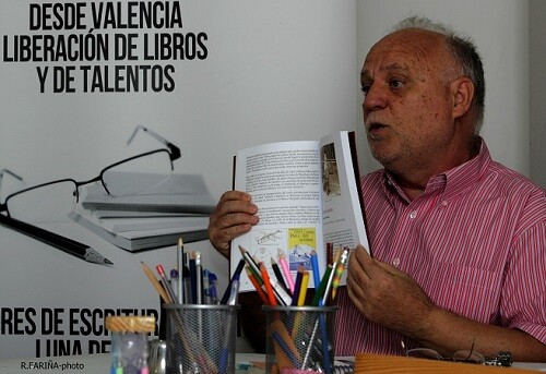 Solaz muestra uno de sus libros donde comenta los aspectos de sus investigaciones. 1