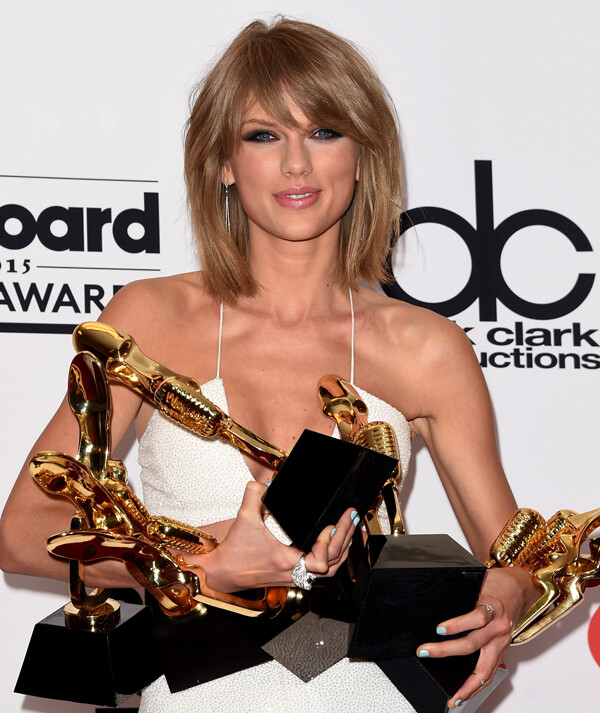LAS VEGAS, NV - MAY 17:  Musician Taylor Swift poses in the press room with her eight Billboard Music Awards; Swift won Top Artist, Top Female Artist, Top Billboard 200 Artist, Top Billboard 200 Album for ' class=