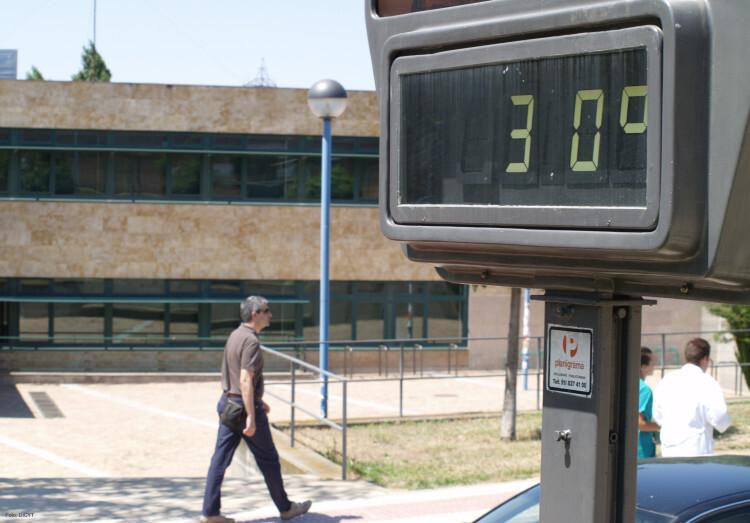 Un termómetro callejero muestra el calor de una manaña de verano.