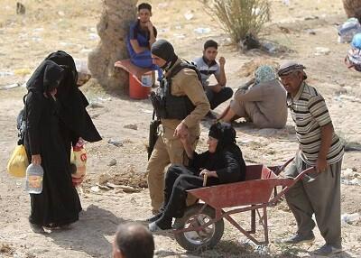Traslado de una mujer tras la invasión de Ramadi por el Estado Islámico.