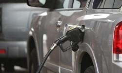 Un vehículo carga su deposito de gasolina.