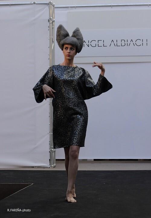 Vestido de suaves estampados de fisicidad muy oriental creado por Albiach.