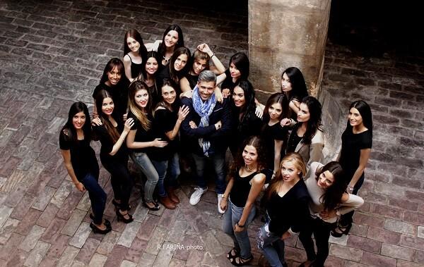 Villeta, rodeado por las chicas que forman este gran grupo de trabajo.