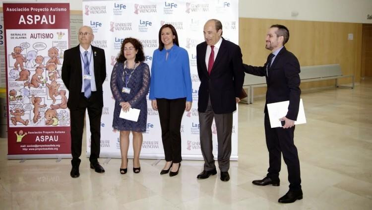 Miembros de la Asociación Proyecto Autismo con Mª José Catalá en unas recientes jornadas