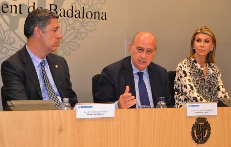 El ministro del Interior, Jorge Fernández Díaz, explicando en Badalona (Barcelona) los pormenores de la puesta en marcha de la Mesa Administrada Electrónicamente (MAE)