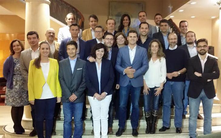 Los candidatos de la lista autonómica de Ciudadanos posan el pasado mes de abril con su líder, Albert Rivera.