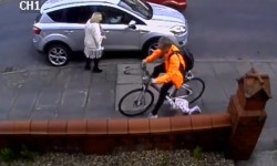 Ciclista atropella a niña al ir por la banqueta ¿Descuido o Imprudencia?