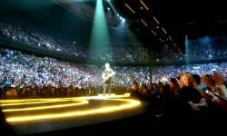 El guitarrista de U2, The Edge, se cayó del escenario