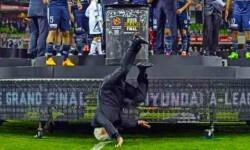 El presidente de la Federación de fútbol australiana se cae al entregar el trofeo al campeón