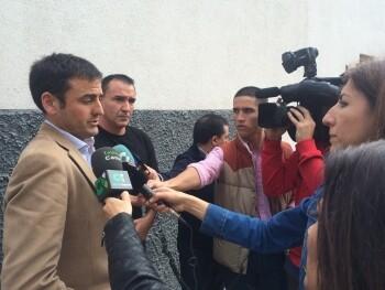Jesús Giraldo, en segundo término, escucha las declaraciones que Juan Fernández, secretario provincial de AUGC Tenerife, realiza a los medios.