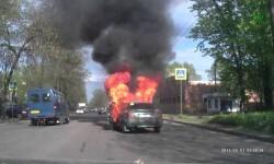 Joven incendia su carro al encender un cigarro