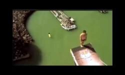Saltador se golpea la cabeza contra el trampolín y cae desde 27 metros