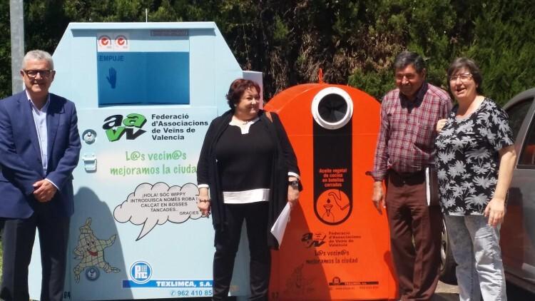 Los responsables de CAVECOVA ante sendos contenedores de recogida de ropa y aceite