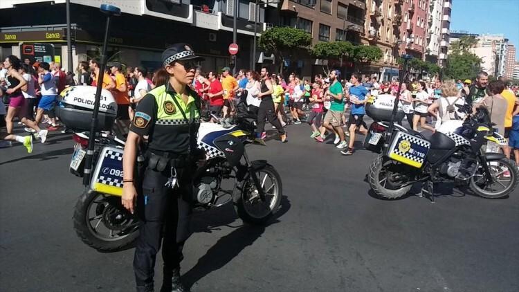La labor de la Policía Local, gestionando la reapertura al tráfico de las calles afectadas por el recorrido una vez terminado el paso de atletas, una vez más fundamental.