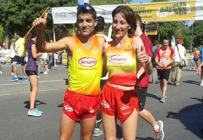 Nacho Cáceres e Isabel Checa, vencedores de la Volta a Peu 2015, posan tras finalizar el recorrido de la misma.