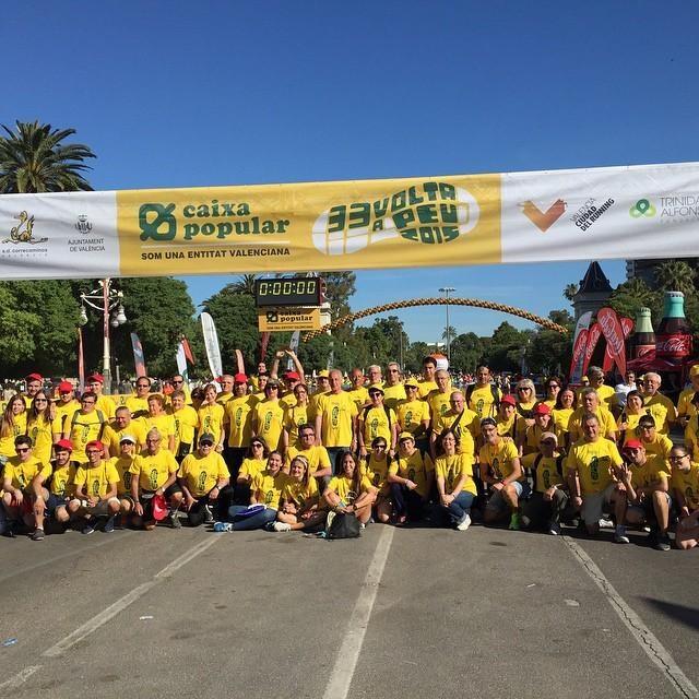 Atletas y voluntarios de la Sociedad Deportiva Correcaminos, organizadores de la prueba desde su fundación, posan ante la línea de meta / salida