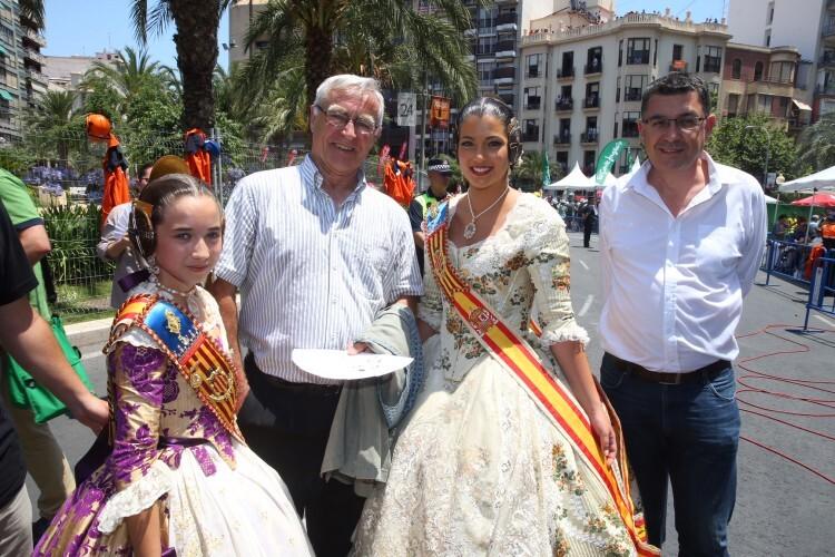 Joan Ribó y Enric Morera, con las Falleras Mayores de Valencia, en Alicante con motivo de les Fogueres 2015.