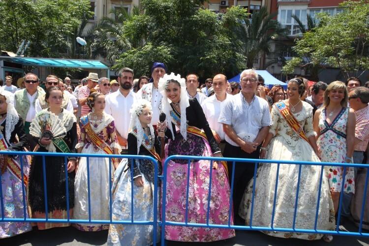 Joan Ribó, acompañado por Jordi Peris y las Falleras Mayores de Valencia, presencian el momento en que las Bellees del Foc dan paso al disparo de la mascletà.