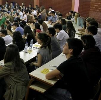 Alumnos ante un examen de selectividad.