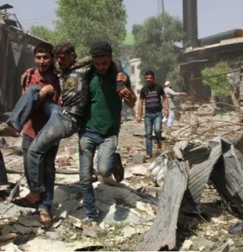 Civiles heridos después de un bombardeo en Siria (Foto AFP)