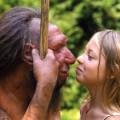 Una niña observa una reproducción de un neandertal. / Neanderthal Museum