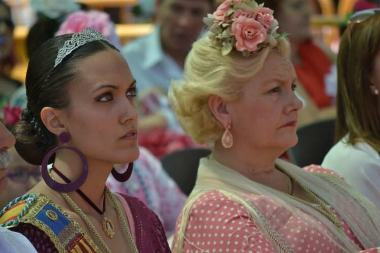 (DOMINGO 7) MISA DE CAMPAÑA. La Presidenta y Reina de FECACV, Puri Torres y Mikene Villarrazo