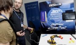 Diego Sáez de Eguilaz explica su proyecto a una periodista.
