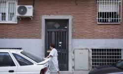 GRA503. MADRID. 05/06/2015.- Portal del edificio, en la calle Fuente de la Capona número 5, en el madrileño distrito de Villaverde, donde la Guardia Civil ha localizado sanos y salvos a los tres hermanos de 3, 5 y 7 años desaparecidos el pasado martes en Jaén y ha detenido a la madre y a la tía de los pequeños. EFE/Luca Piergiovanni