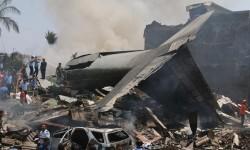 El avión militar se precipitó sobre una zona habitada.