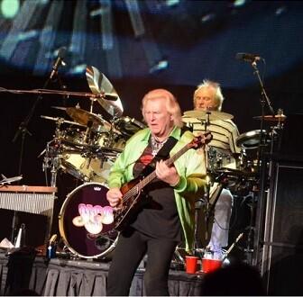 El grupo Yes, con Chris Squire como bajista, en una actuación de 2011.