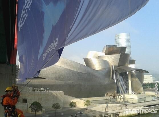 El puente La Salve de Bilbao con el lema 'Los océanos importan' colgado por los activistas de Greenpeace.