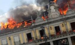 El salón de plenos fue devorado por las llamas.