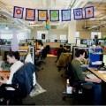 Empleados de Google mientras trabajan.