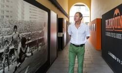 Exfutbolista del Valencia CF en la exposición 'Blanquinegre' (Foto-Abulaila).