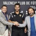 André Gomes, Amadeo Salvo y Rufete estrechan sus manos festejando la renovación del portugués.