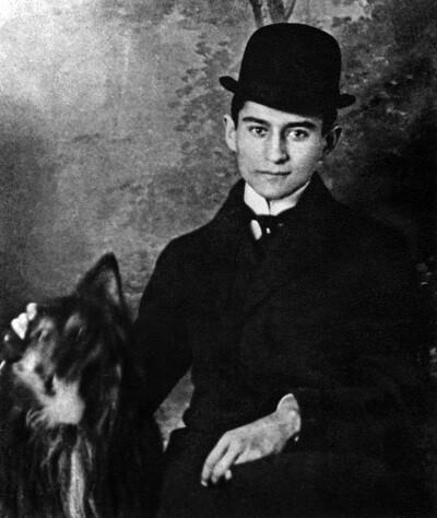 Franz Kafka junto a un perro en una foto tomada entre 1909 y 1910.