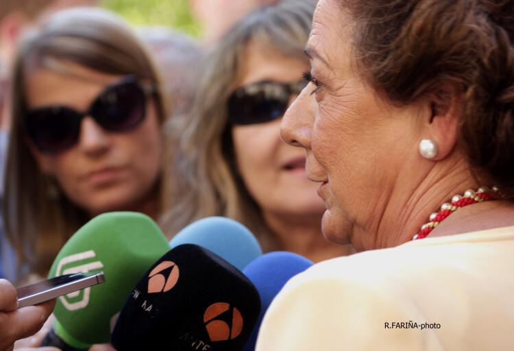 Rita Barberá, atendiendo a los medios.