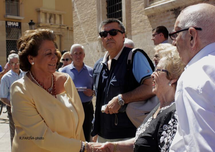 Rita Barberá, saludando a varios asistentes a los actos del Corpus.