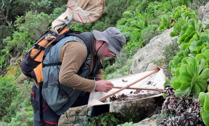 Heriberto-Lopez-rastreando-especies-en-el-subsuelo-canario.-Antonio-Machado_image671_405