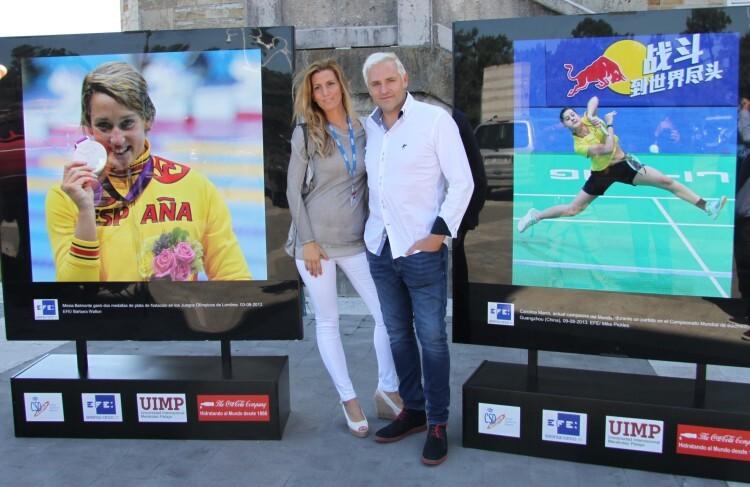 """Cañizares y su esposa, delante de las fotografías de Mireia Blemonte y Carolina Marín, de la muestra """"Héroes del deporte"""""""