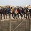 Inmigrantes subsaharianos en la valla de Mellila.