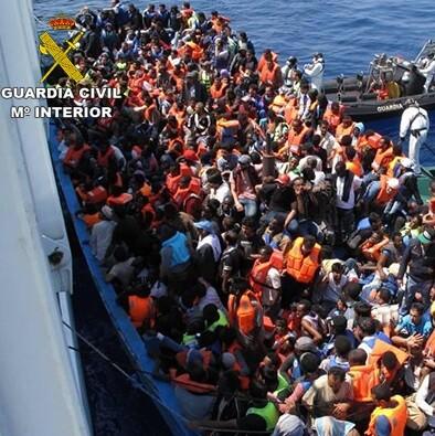 Intervención de la Guardia Civil junto a la Border Force británica en el rescate de 589 inmigrantes en aguas italianas al sur de la isla de Lampedusa.