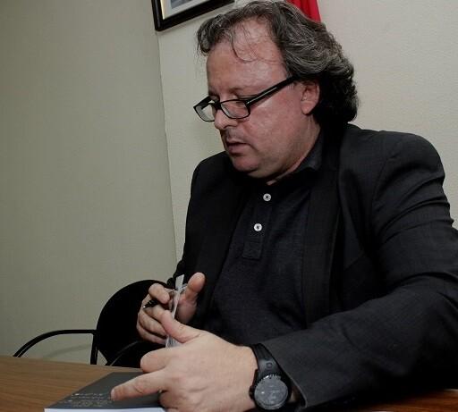 J.A.Garzón firmando uno de los ejemplares de 'El Ajedrez del Virrey'. (Foto-Roberto Fariña).