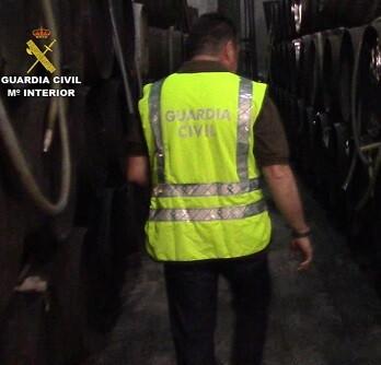 La Guardia Civil recogió cerca de 200 litros de alcoholes y esencias.