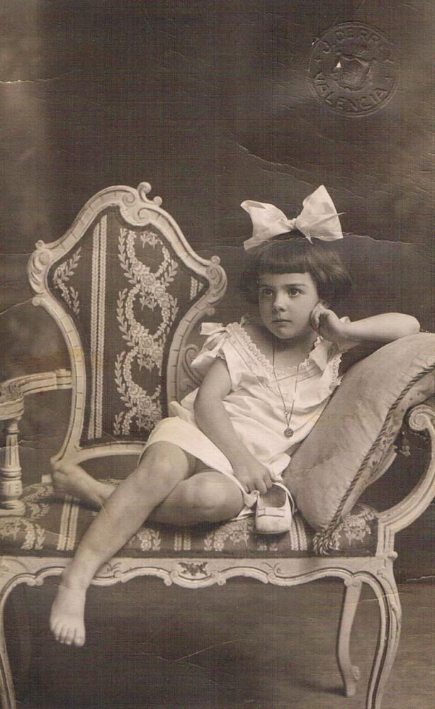 La niña del zapato. Foto Derrey, 1916