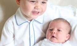 La realeza británica divulga las primeras fotos del príncipe George con su hermana Charlotte (2)