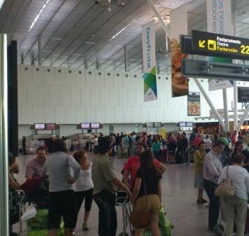 Llegada y salida de pasajeros en un aeropuerto.