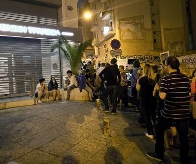 Los griegos realizaron largas colas durante la pasada noche para poder retirar parte de sus depositos.