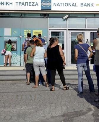 Los griegos solo pueden retirar 60 euros por día de los bancos.